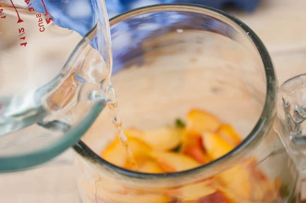 How-to-make-peach-mojitos