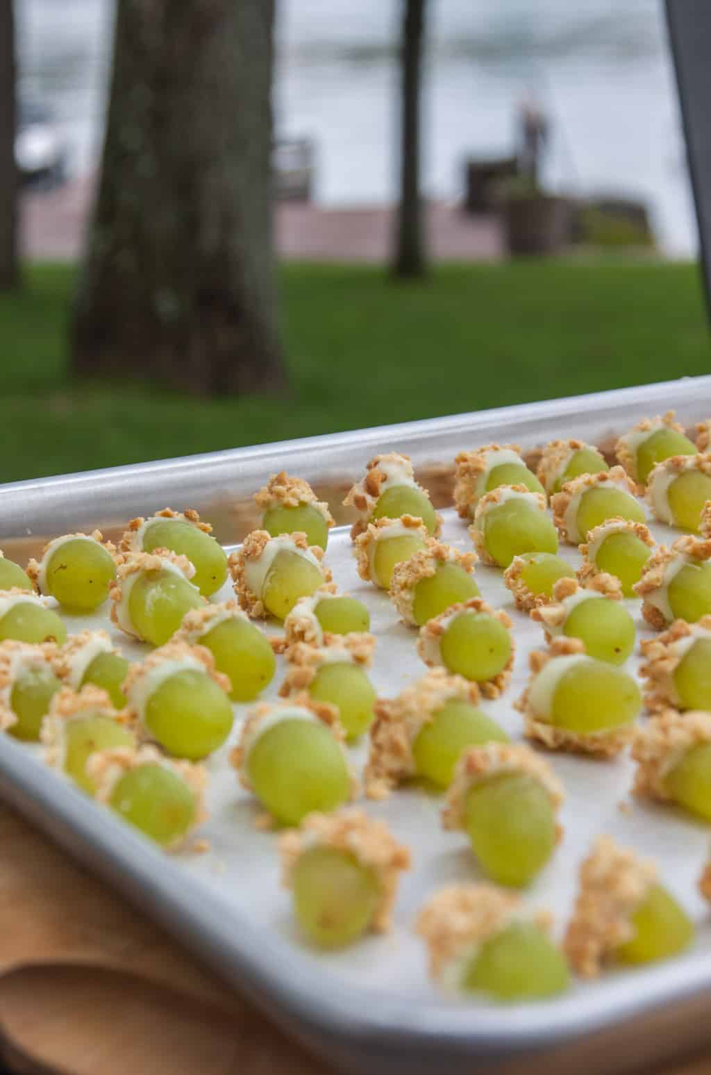 Grapes with white chocolate and peanuts