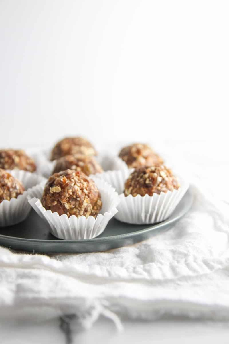 No bake oatmeal cookie date energy bites from @sweetphi
