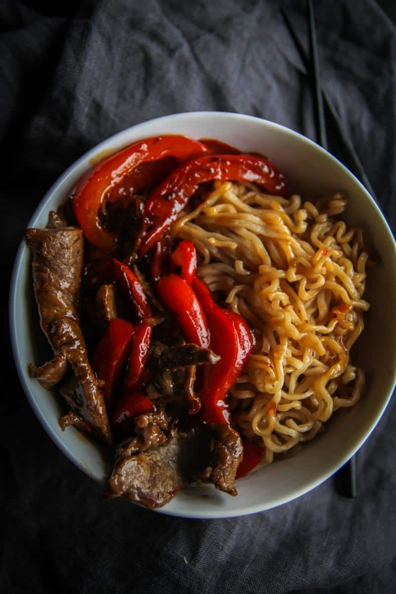 5 ingredient beef ramen and peppers with sweet chili sauce for a super easy dinner from @sweetphi