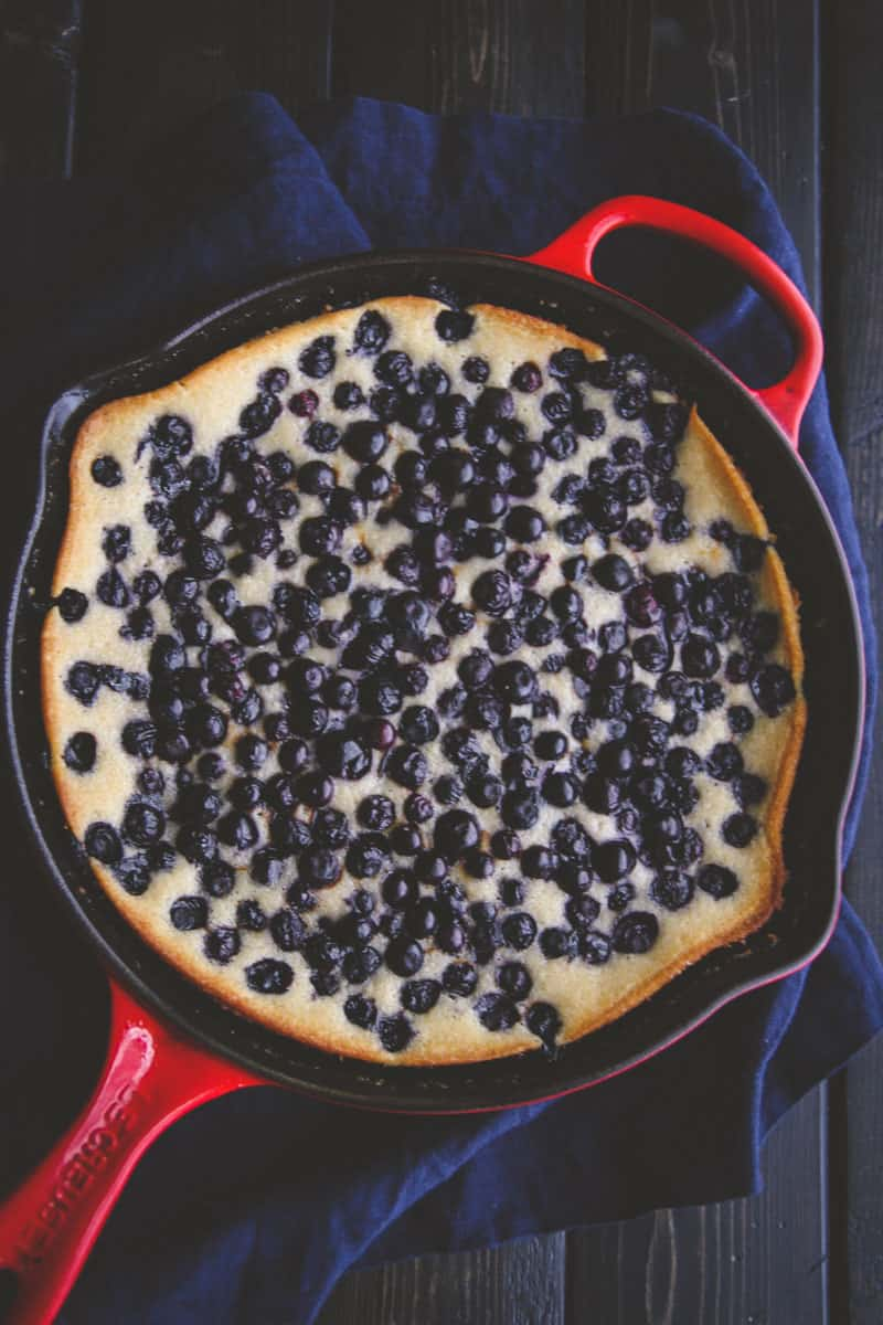 5 ingredient blueberry skillet dump cake recipe from @sweetphi
