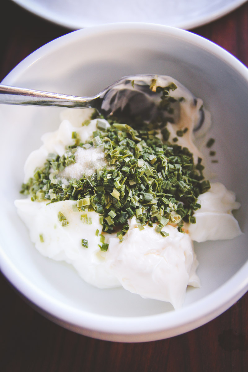 sour-cream-and-chive-dip-for-cheese-curds-www-sweepthi-com-2