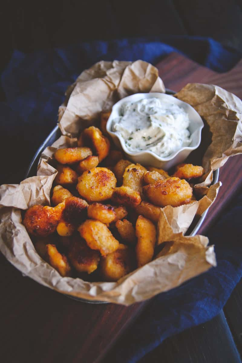 Sour cream and chive dip for cheese curds. The best easy dip recipe for parties from @sweetphi