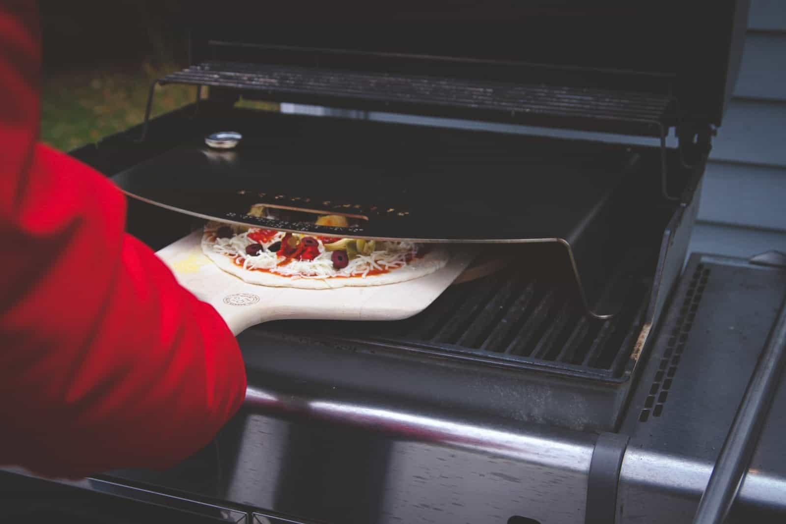 Using a Kettlepizza gas pro grill attachment to make pizza
